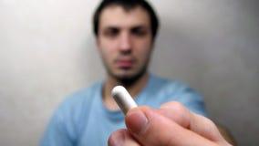 Mensengezicht die witte pil nemen, Stock Foto
