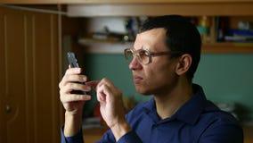 Mensenglazen gebrild het typen bericht op telefoonsmartphone sociale media stock videobeelden