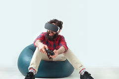Mensengokken met gamepad en VR-beschermende brillen Royalty-vrije Stock Afbeeldingen