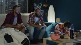 Mensengokken met gamepads thuis stock video