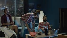 Mensengokken met gamepads thuis stock videobeelden