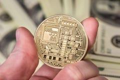 mensengreep bitcoin met dollar royalty-vrije stock foto