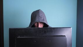 Mensenhakker in het kap het binnendringen in een beveiligd computersysteem netwerkconcept onbekende hakker misdadige onderbreking stock video