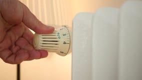 Mensenhand die de Temperatuur van de Huisradiator van de Besparingsenergie van de Thermostaatklep controleren stock videobeelden