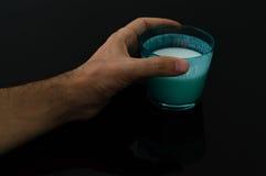 Mensenhand die een glas van kefir houden stock fotografie