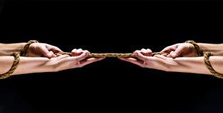 Mensenhand die op de kabel houden Hand die kabels houden Conflict, touwtrekwedstrijd, kabel Redding, die gebaar of handen helpen  stock afbeelding