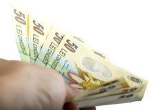 Mensenhand die Roemeens die geld houden over witte achtergrond wordt geïsoleerd Stock Foto