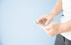 Mensenhand die slimme telefoon met behulp van stock foto