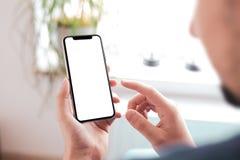 Mensenhand die zwarte smartphone met het grote lege scherm en modern kader houden minder ontwerp royalty-vrije stock fotografie