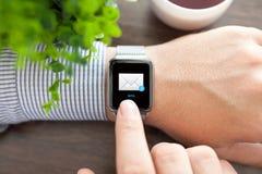 Mensenhand en horloge met e-mail op het scherm Stock Foto's