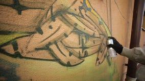 Mensenhand het Schilderen Graffiti op de Muur stock footage