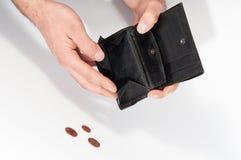 Mensenhanden die een lege portefeuille en sommige euro muntstukken houden Stock Afbeeldingen