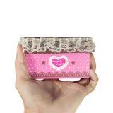 Mensenhanden die een roze giftdoos houden Stock Foto's