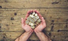 Mensenhanden die een stapel euro muntstukken, hoogste mening, met exemplaarkuuroord houden royalty-vrije stock fotografie