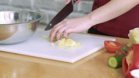 Mensenhanden die kool met mes op witte raad snijden langzaam stock videobeelden