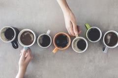 Mensenhanden die koppen van koffie houden stock fotografie