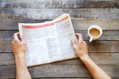 Mensenhanden die krant lezen Royalty-vrije Stock Afbeeldingen