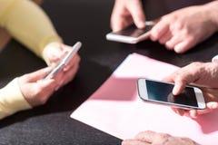 Mensenhanden die mobiele telefoons met behulp van stock fotografie