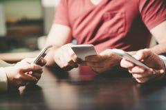 Mensenhanden die mobiele telefoons met behulp van royalty-vrije stock foto's