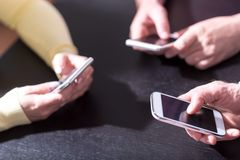 Mensenhanden die mobiele telefoons met behulp van royalty-vrije stock afbeeldingen