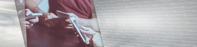 Mensenhanden die mobiele telefoons met behulp van Panoramische banner royalty-vrije stock fotografie