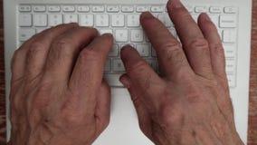 Mensenhanden die op een computertoetsenbord typen stock videobeelden