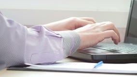 Mensenhanden die op een laptop toetsenbord in hickabinet typen UltraHDvideo stock videobeelden