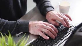 Mensenhanden die op een toetsenbord typen stock footage