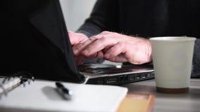 Mensenhanden die op een toetsenbord typen stock videobeelden