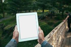 Mensenhanden die tablet houden stock foto's