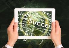Mensenhanden die tabletpc met behulp van Aarde en zaken Stock Afbeelding