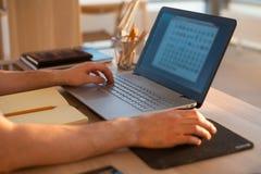Mensenhanden op notitieboekje, bedrijfspersoonswerkplaats Stock Fotografie
