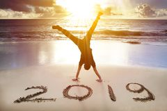 Mensenhandstand op het strand Gelukkig Nieuwjaar 2019 concept stock afbeelding