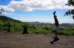 Mensenhandstanden bij het Vooruitzicht van Honolulu stock afbeelding