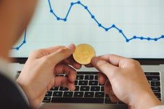 Mensenholding Bitcoin en achtergrond met Slimme Telefoons, Laptops royalty-vrije stock fotografie