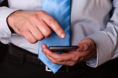 Mensenholding en wat betreft het scherm of vertoning met vinger van een mobiele telefoon, celtelefoon of smartphone stock foto's
