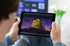 Mensenholding iPad met film 20 eeuw op het scherm royalty-vrije stock foto