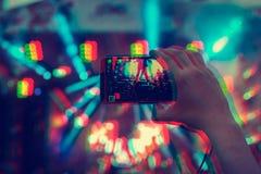Mensenholding smartphones in handen en het fotograferen van en spruiten een video Het nemen van foto op voorstadium op overleg va stock foto's