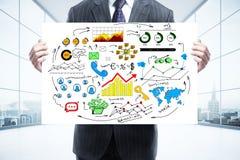 Mensenholding whiteboard met bedrijfsschets Stock Fotografie