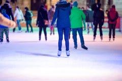 Mensenijs die bij nacht in Wenen, Oostenrijk schaatsen De winter Stock Afbeeldingen