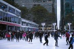 Mensenijs die in Bryant Park schaatsen Stock Foto's