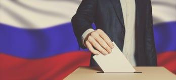 Mensenkiezer die Stemming zetten in het Stemmen van over doos Het Gestemde Beeld van de democratievrijheid Concept stock foto