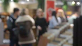 Mensenkopers in winkel stock video