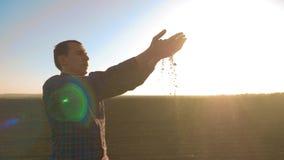 Mensenlandbouwer Examines Soil Quality op Vruchtbare Landbouwlandbouwgrond de landbouwer houdt de grond in zijn handen agronoom stock videobeelden