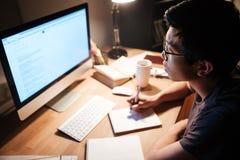 Mensenlezing en het schrijven gebruikend informatie van computer Royalty-vrije Stock Foto's