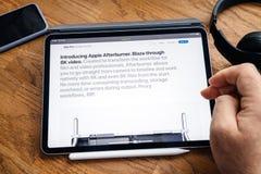 Mensenlezing op het werkstation van Mac Pro van de iPad Prolancering Nabrander stock afbeeldingen