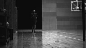 Mensenlooppas in de gymnastiek, oude filmstijl stock video