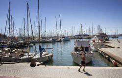 Mensenlooppas door Palma de Mallorca-jachthaven Vele geparkeerde jachten Het ` s a Royalty-vrije Stock Fotografie