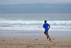 Mensenlooppas langs een vuil zandig strand na een onweer Royalty-vrije Stock Fotografie