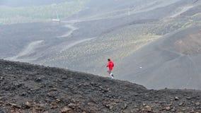 Mensenlooppas langs kraters op Onderstel Etna, Sicilië, Italië stock footage